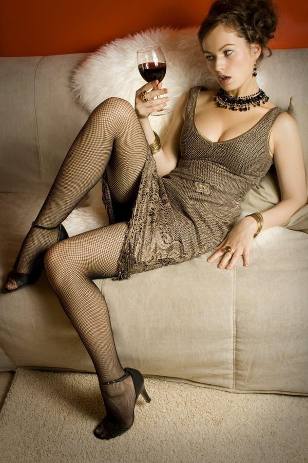Beau femme avec le vin rouge en verre images stock