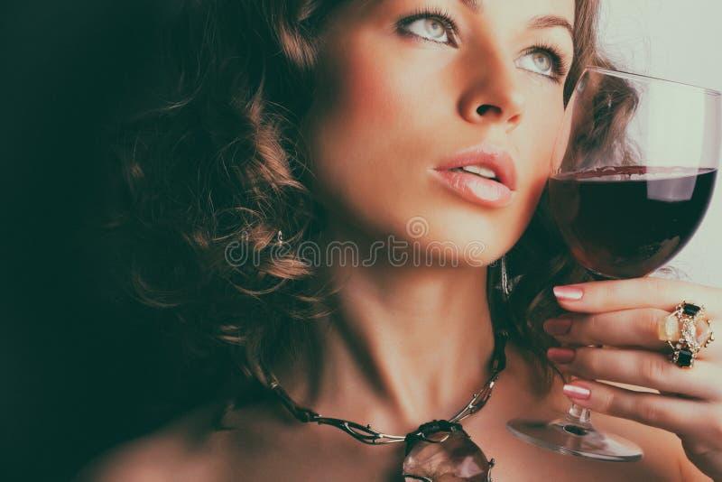 Beau femme avec le vin rouge en verre images libres de droits