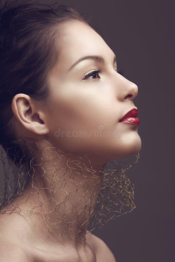 Beau femme avec les languettes rouges. image stock