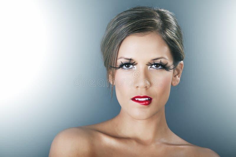 Beau femme avec les languettes rouges et les longs jeux photos stock