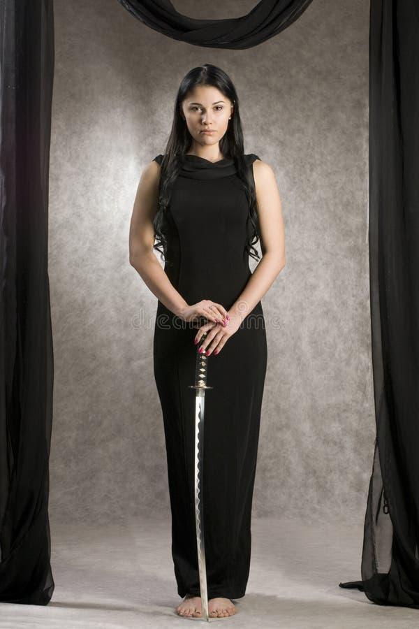 Beau femme avec une épée photo libre de droits