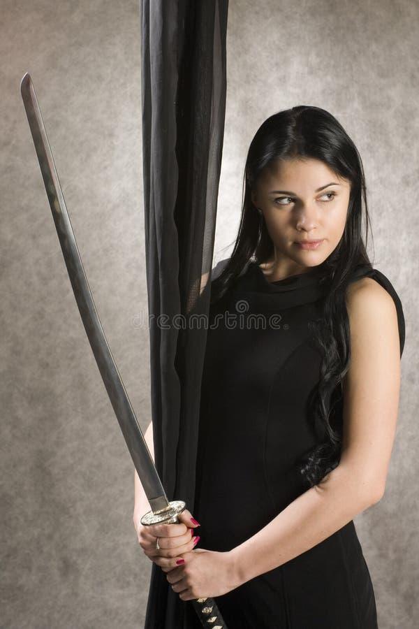 Beau femme avec une épée photographie stock libre de droits