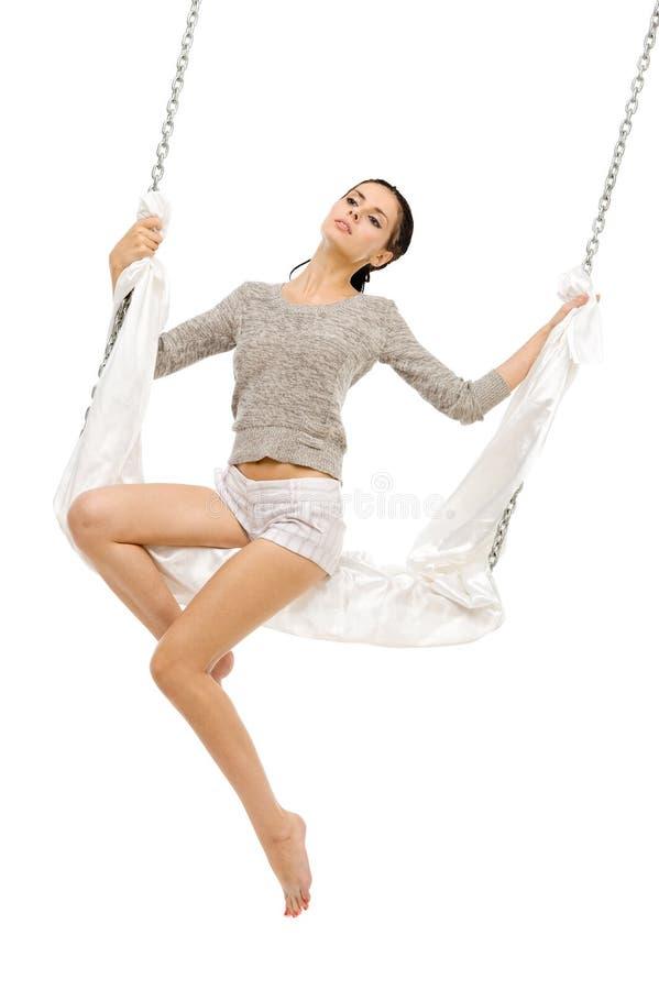 Beau femme balançant sur une oscillation. photos stock