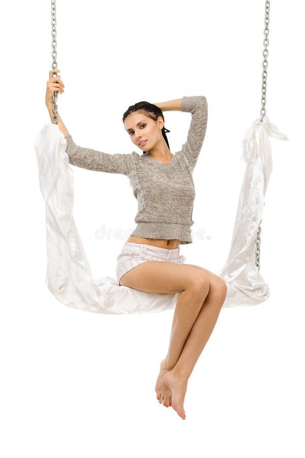 Beau femme balançant sur une oscillation. photographie stock libre de droits