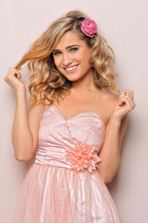 Beau femme blond dans la robe élégante. image stock