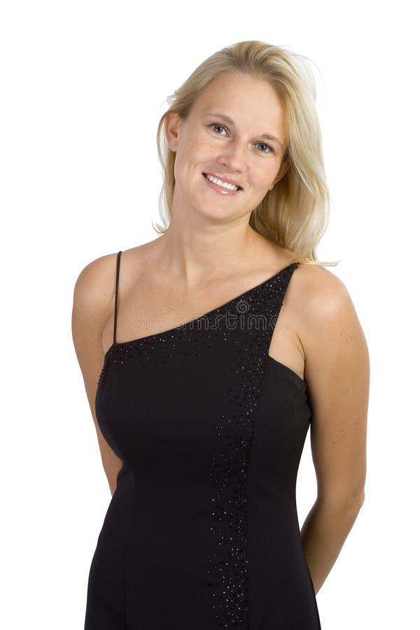 Beau femme blond dans un sourire noir de robe photos stock