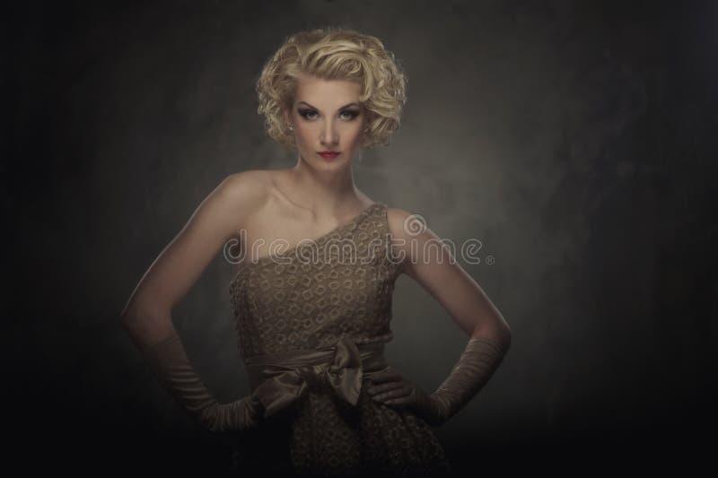 Beau femme blond dans une robe image libre de droits