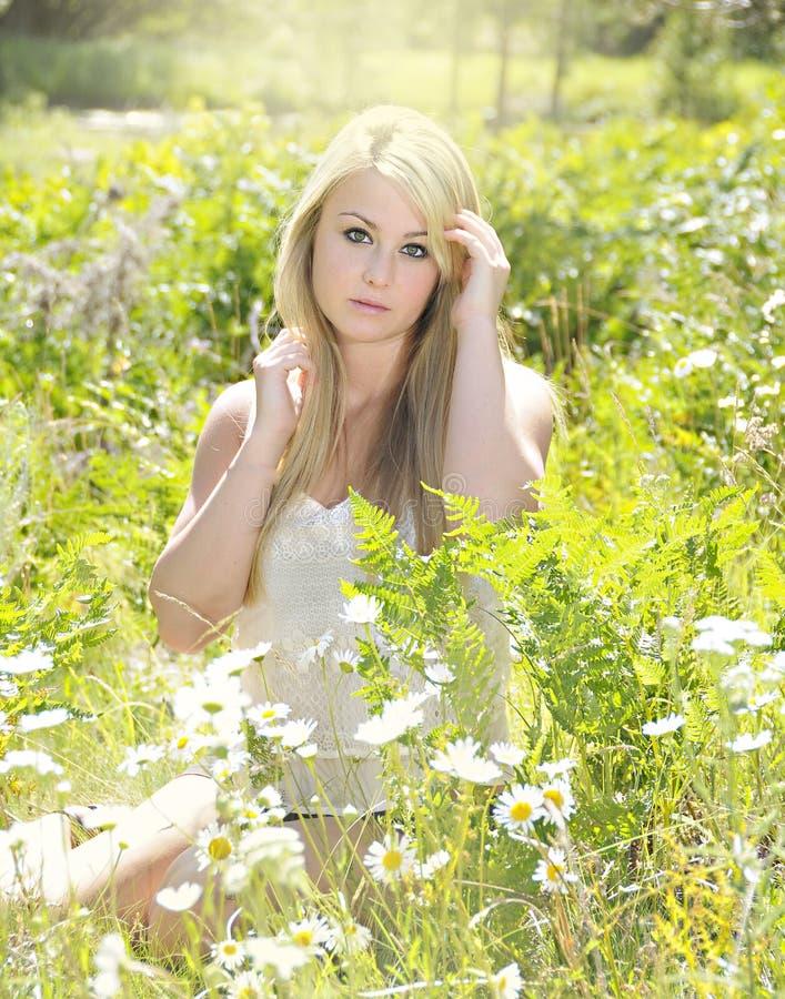 Beau femme blond en fleurs image libre de droits