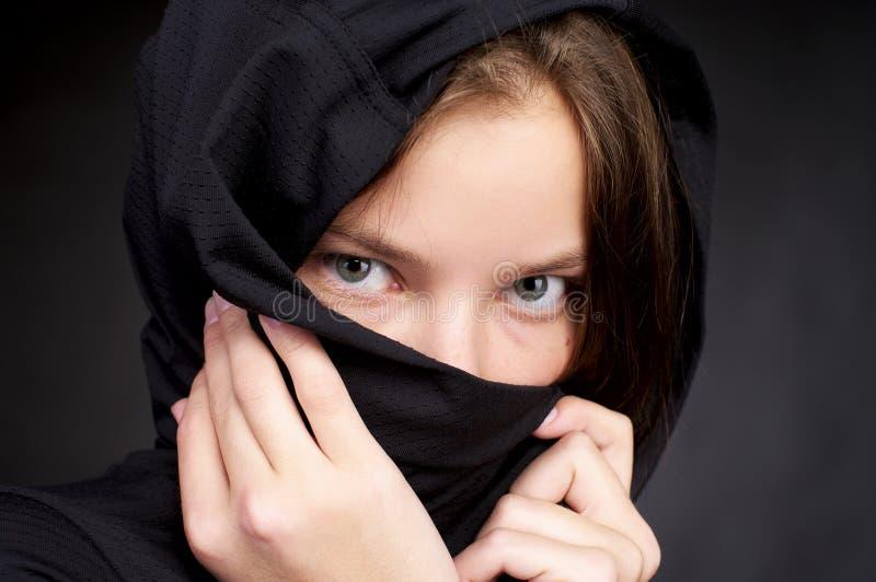 Beau femme cachant son visage près photo stock