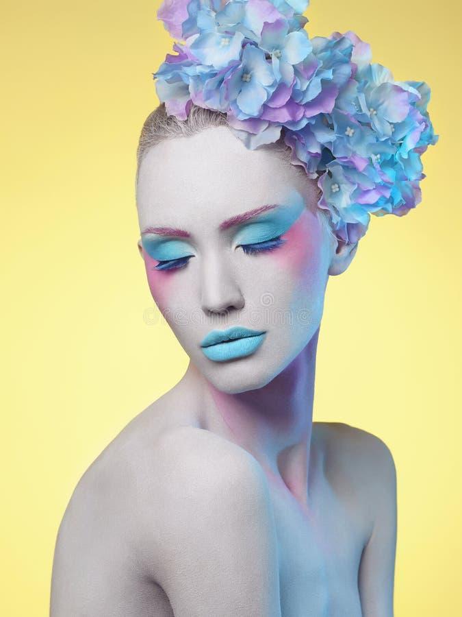 Download Beau Femme Coiffure De Fleur Corps Art Photo stock - Image du accessoires, people: 77153690