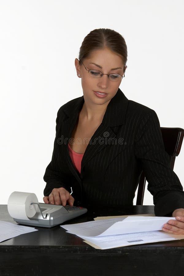 Beau femme d'affaires avec la calculatrice photo libre de droits