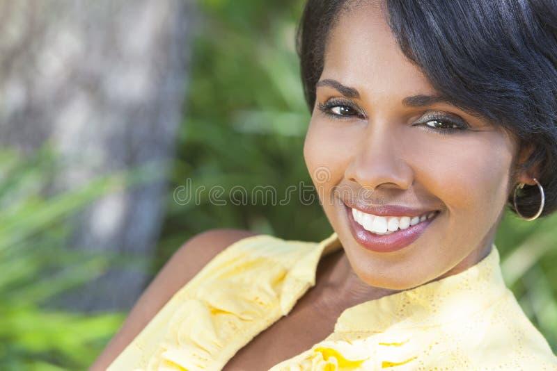 Beau femme d'Afro-américain détendant à l'extérieur photos stock