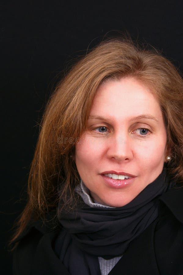 Beau femme d'une chevelure brun regardant de côté photos libres de droits