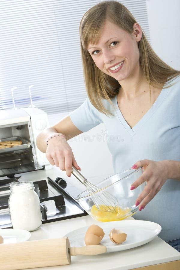 Beau femme dans la cuisine image stock