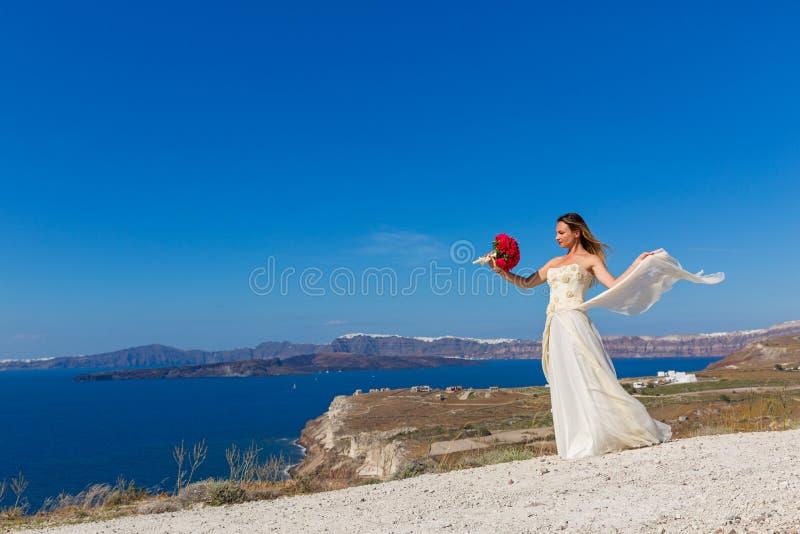 Beau femme dans la robe blanche image stock