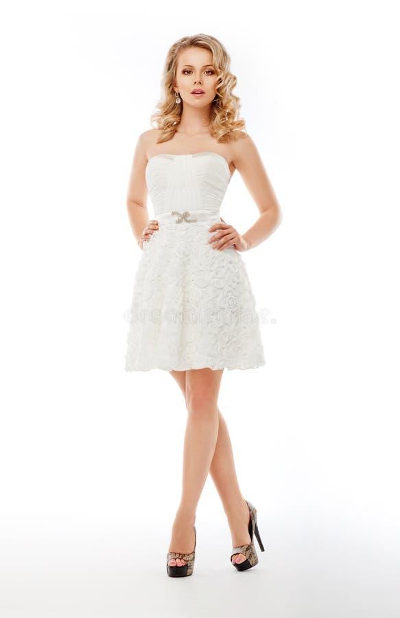 Beau femme dans la robe de mariage. Mariée magnifique images stock