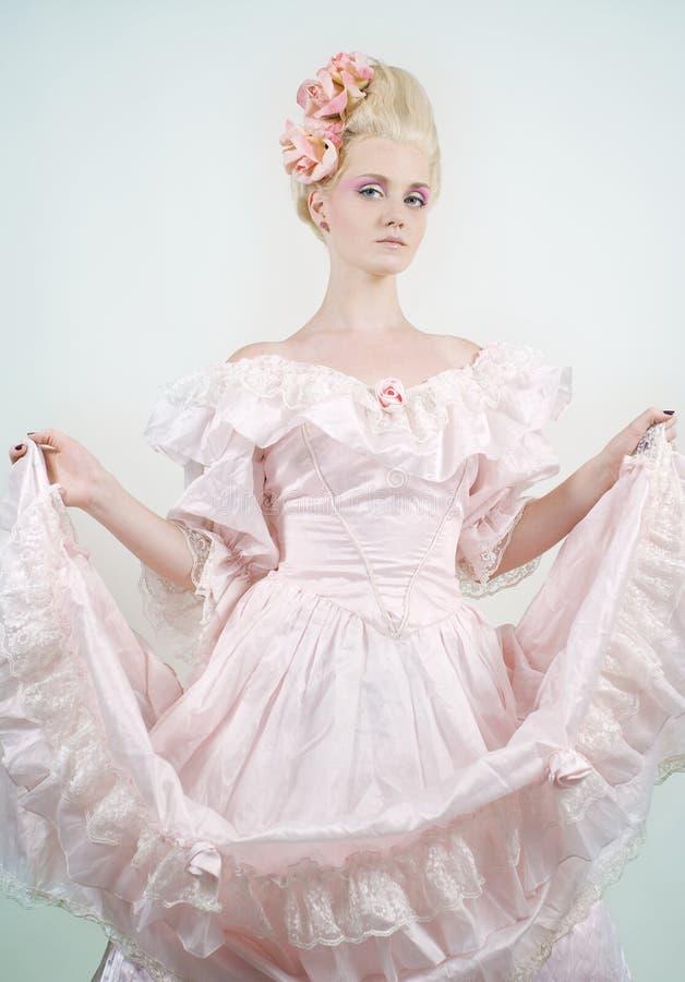 Beau femme dans la robe médiévale d'ère photo libre de droits