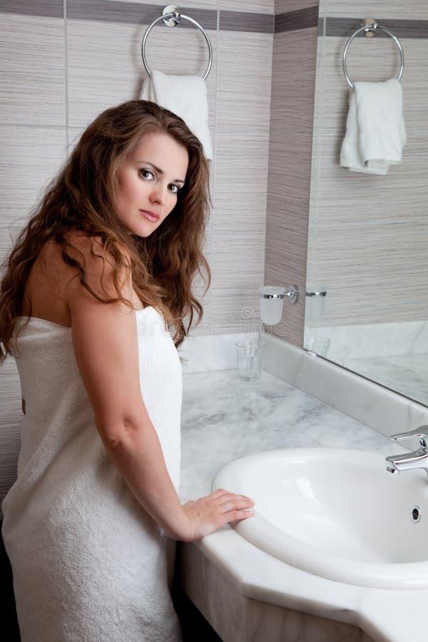 Beau femme dans la salle de bains photo libre de droits