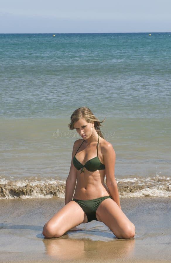 Beau femme dans le bord de la mer photo stock