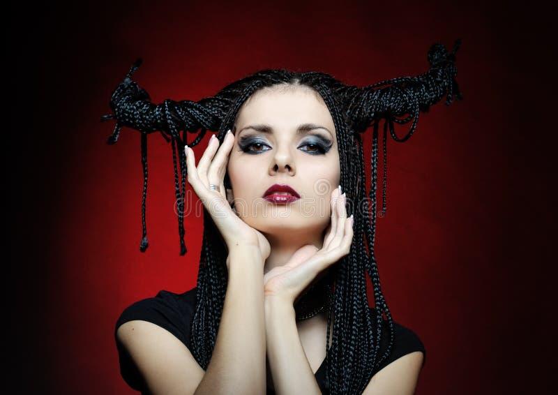 Beau femme dans le costume de carnaval. forme de sorcière photo stock