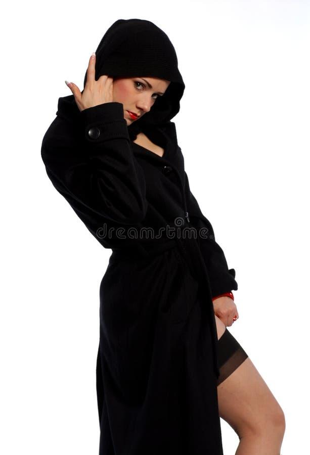 Beau femme dans le noir images stock