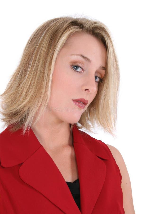 Beau femme dans le procès court rouge de chemise photo stock