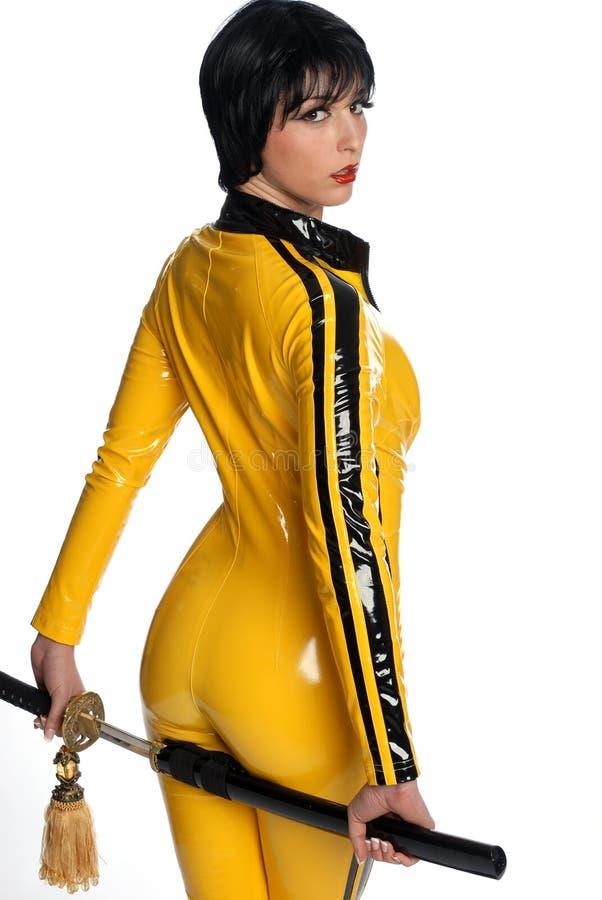 Beau femme dans le procès de saut jaune de latex images libres de droits