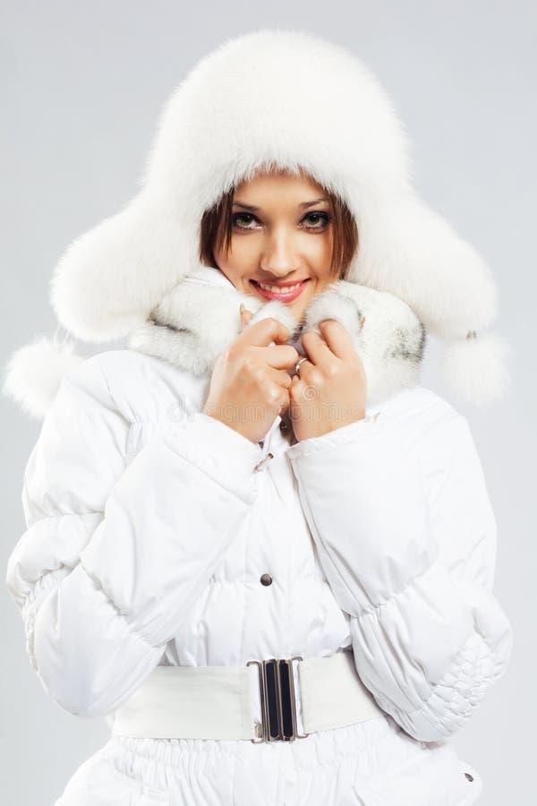 Beau femme dans le vêtement blanc de l'hiver photographie stock