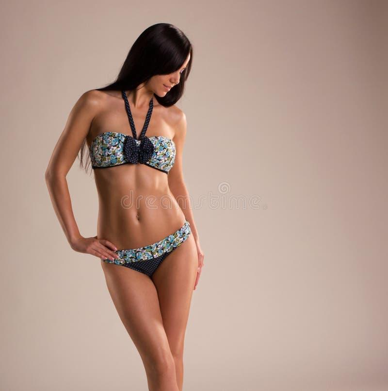 Beau femme dans les sous-vêtements magnifiques photo stock