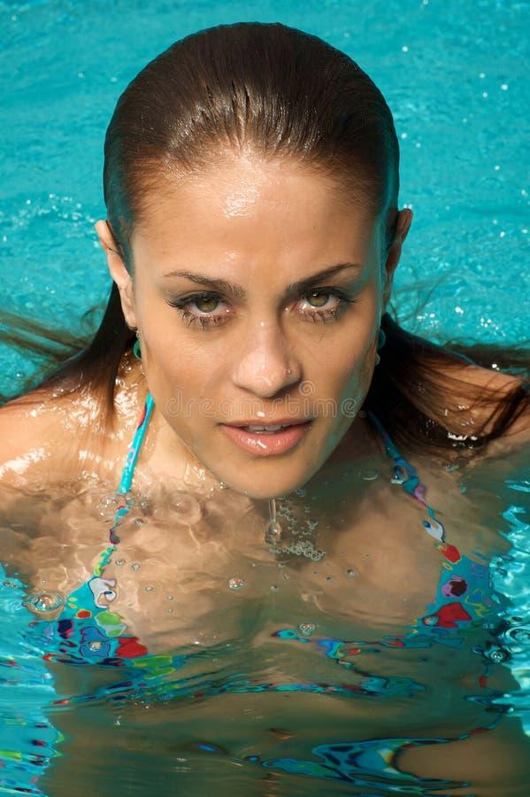 Beau femme dans une piscine. photo stock