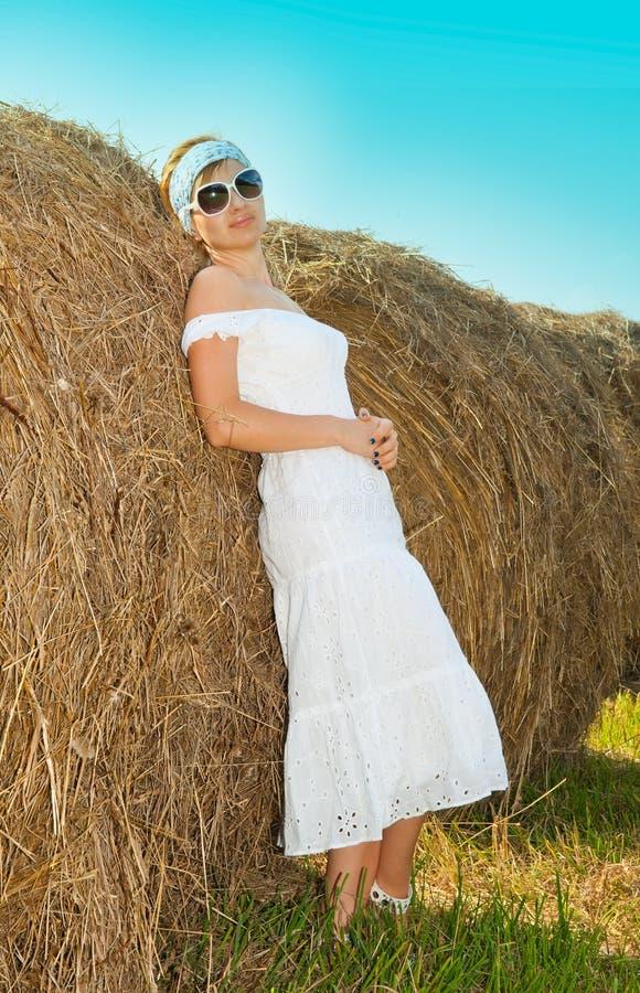 Beau femme dans une robe photographie stock libre de droits
