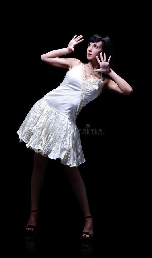 Beau femme-danseur posant sur le fond noir photo stock