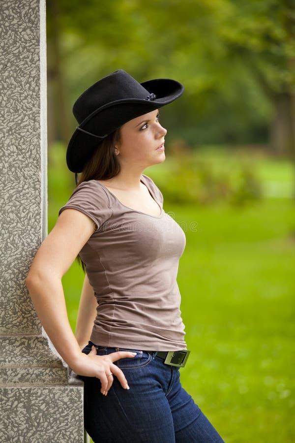 Beau femme de brunette avec le chapeau de cowboy photographie stock