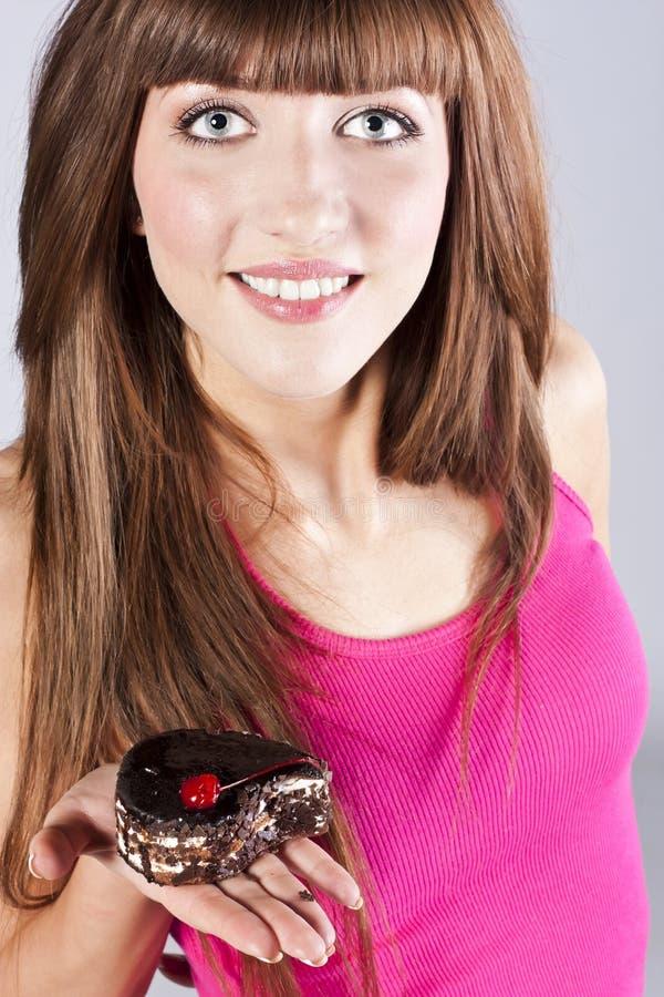 Beau femme de brunette avec un gâteau images libres de droits