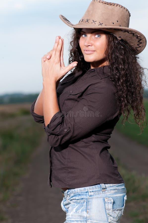Beau femme de cowboy posant dans le domaine photographie stock libre de droits