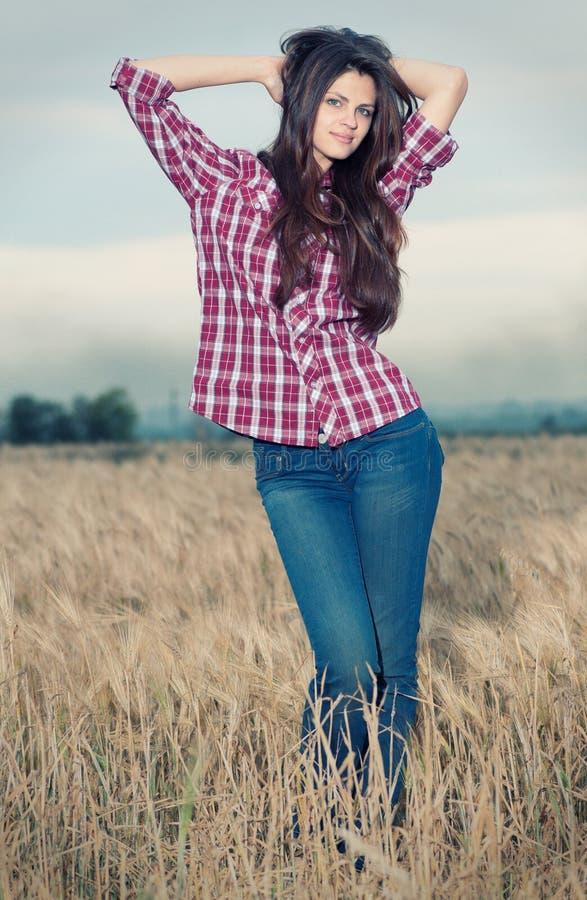 Beau femme de cowboy posant dans le domaine photo libre de droits