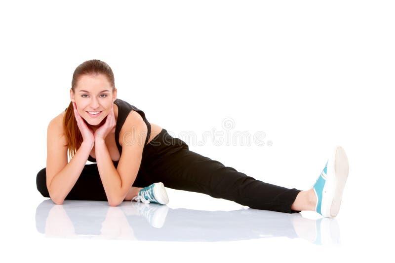 Beau femme de forme physique faisant étirant l'exercice photographie stock libre de droits
