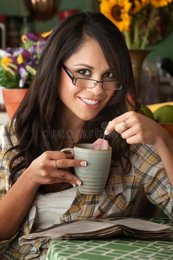 Beau femme de Latina avec du thé photos stock