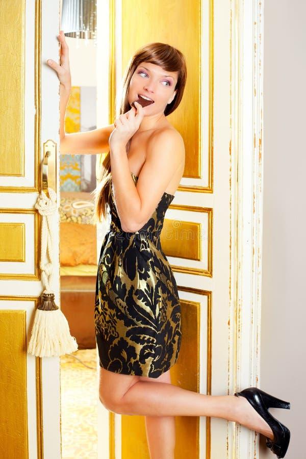 Beau femme de mode mangeant du chocolat photographie stock