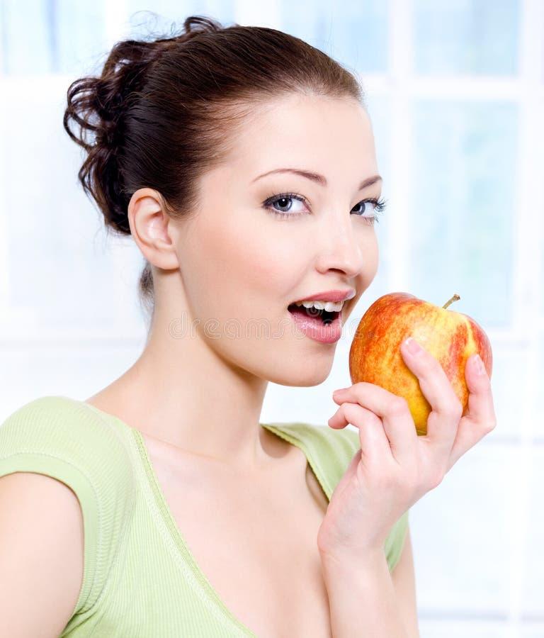 Beau femme de sensulity mangeant la pomme images libres de droits