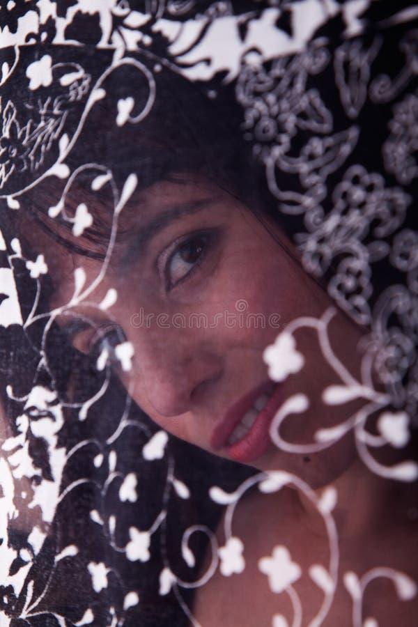 Beau femme derrière un rideau image libre de droits