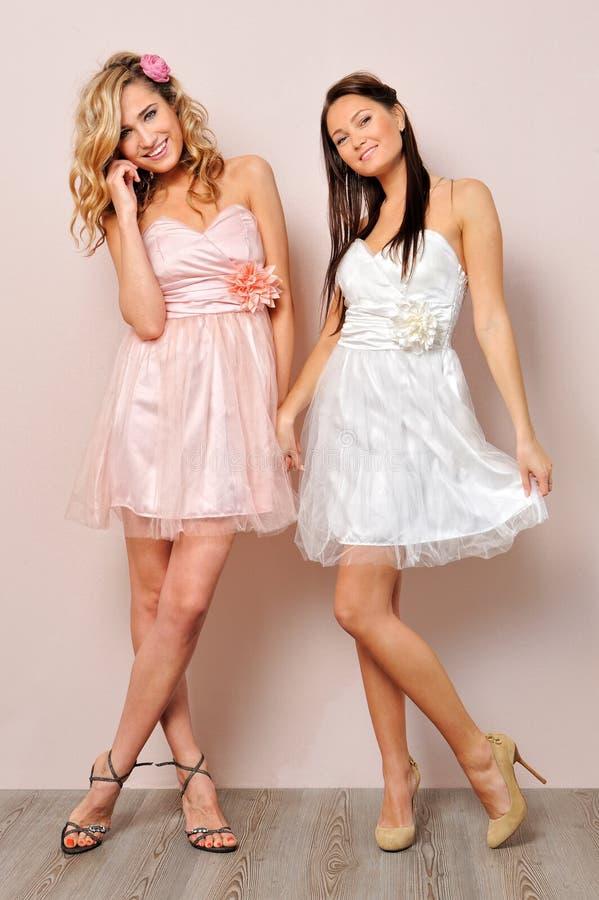 Beau femme deux dans des robes élégantes. photographie stock