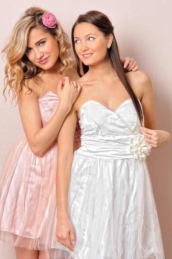 Beau femme deux dans des robes élégantes. images libres de droits