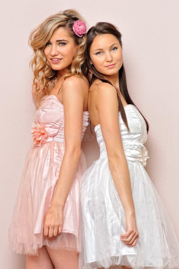 Beau femme deux dans des robes élégantes. image libre de droits