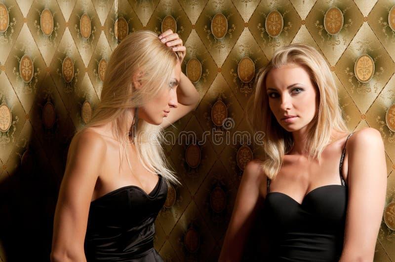 Beau femme deux sur le divan image libre de droits