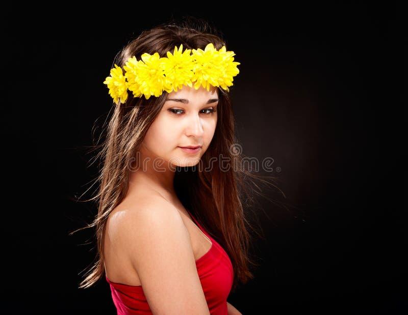Beau femme en guirlande de fleur image stock