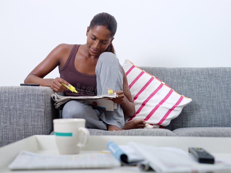Beau femme faisant la chasse de travail à la maison photo libre de droits