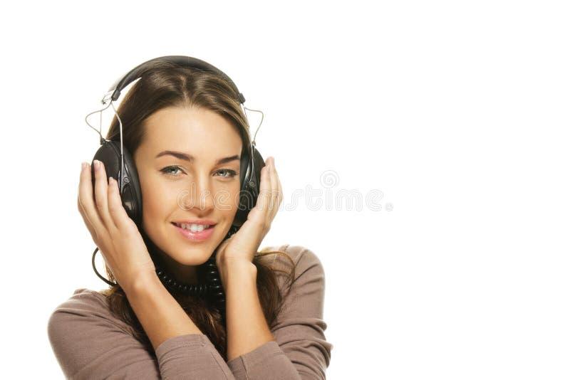 Beau femme heureux écoutant la musique image stock