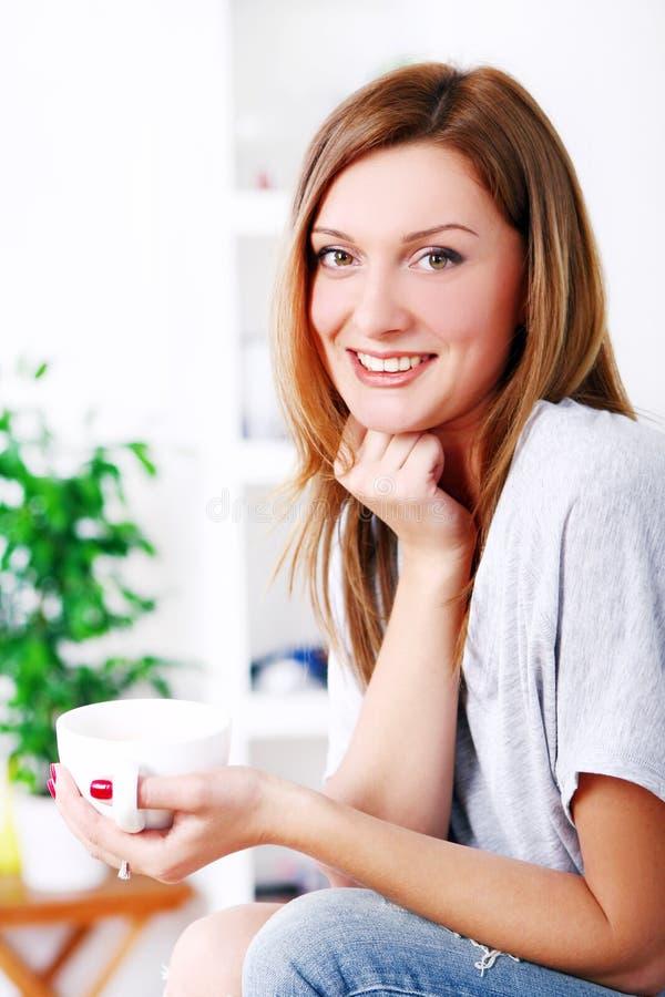 Beau femme heureux détendant et souriant photographie stock libre de droits