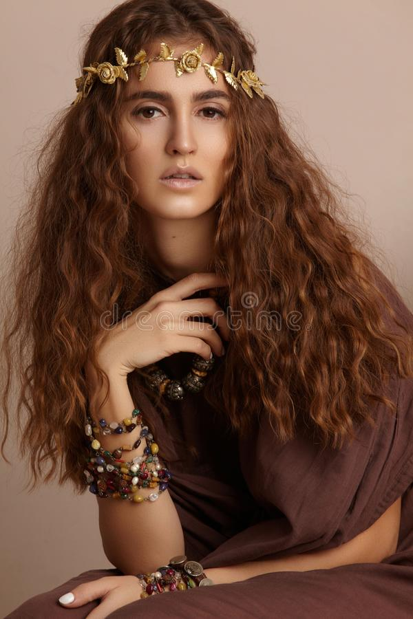 Beau femme Longs cheveux bouclés Modèle de mode dans la robe d'or Coiffure onduleuse saine accessoires Autumn Wreath, couronne fl images stock